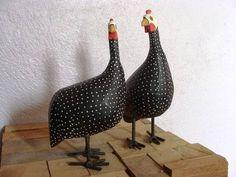Galinha d'angola feita de madeira, tamanho aproximado de 20 cm. Lindo objeto de decoração. Pode ser utilizado para decorar cozinha, copa, jardim, restaurante... R$ 13,00