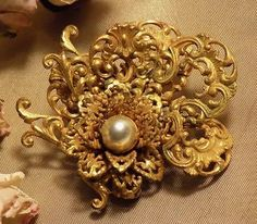 BEAUTIFUL VINTAGE MIRIAM HASKELL SIGNED RUSSIAN GOLD FILIGREE FAUX PEARL BROOCH
