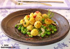Ñoquis salteados con guisantes y jamón A Table, Tapas, Potato Salad, Good Food, Food And Drink, Potatoes, Fruit, Ethnic Recipes, Drinks