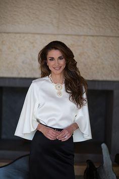 ♔♛Queen Rania of Jordan♔♛. Queen Rania of Jordan rings in 46 with gorgeous new photos Queen Rania, Queen Letizia, Queen Fashion, Royal Fashion, Jw Moda, Casual Outfits, Fashion Outfits, Womens Fashion, Jordan Royal Family