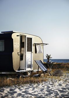 camping at the beach Vintage Caravans, Vintage Travel Trailers, Vintage Campers, Airstream, Glamping, Camping Con Glamour, Happy Campers, Van Life, The Great Outdoors
