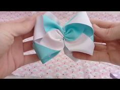 DIY:Laço Formoso |SuhBessone - YouTube Handmade Hair Bows, Diy Hair Bows, Diy Bow, Ribbon Art, Ribbon Bows, Baby Tiara, Felt Headband, Hair Bow Tutorial, Hair Ribbons