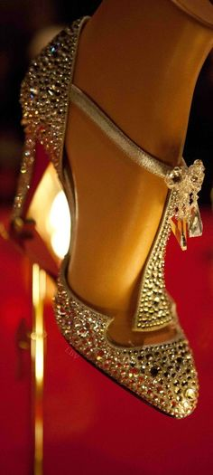 Great Gatsby style Louboutin #manoloblahnikheelschristianlouboutin #christianlouboutingold