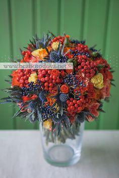 Осенний свадебный букет из оранжевых роз с синим эрингиумом и ягодами рябины