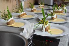 Sylter Kartoffel - Küchenereignisse Kraut, Table Settings, Rocket Salad, Fungi, Easter, Rezepte, Table Top Decorations, Place Settings, Dinner Table Settings