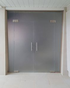 frameless glass partition with hinged doors and satin glass Glass Hinges, Sliding Glass Door, Glass Room Divider, Crittall, Sliding Door Systems, Glass Partition, Luxury Rooms, Light And Space, Folding Doors