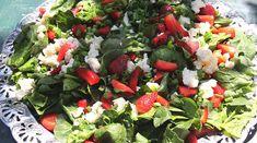 Grøn og rød sommersalat med frisk dressing.