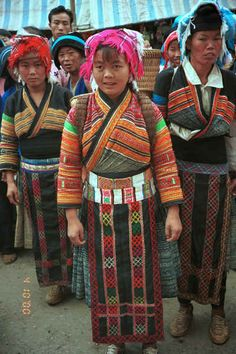 Flower Miao women ready to sell their textiles - De Wo market, De Wo township, Longlin county, Guangxi province 0010f32.jpg