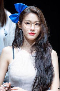 💙 Exotic Beauty 💙 colliding with talent 💙dedicated to female kpop idols. Kpop Girl Groups, Kpop Girls, Korean Beauty, Asian Beauty, Kim Seolhyun, Girls With Glasses, Korean Model, Beautiful Asian Women, Sexy Asian Girls