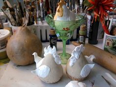 See related links to what you are looking for. Decorative Gourds, Hand Painted Gourds, Diy Arts And Crafts, Clay Crafts, Paper Crafts, Craft Projects, Projects To Try, Gourds Birdhouse, Chicken Art