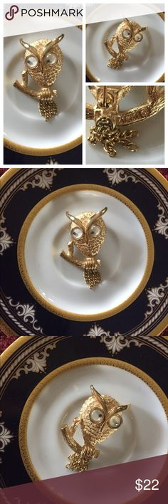 """Retro 60's AVON OWL Brooch Pin w Googly Eyes Such a great retro 1960's Vintage signed AVON gold-tone OWL Brooch Pin w plastic Googly Eyes that jiggle within along with your movement! This feather-textured owl sits on a detailed tree branch and has dangling gold-tone chain tassels representing its tail feathers. Measures: 1 3/4"""" t x 1"""" w. In excellent preowned vintage condition. Vintage Jewelry Brooches"""