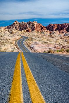 Desert Road Valley of Fire State Park, Nevada, United States Beautiful Roads, Beautiful Places, Valley Of Fire State Park, The Road, Road Trip, Desert Road, Looks Pinterest, Road Photography, Belle Photo