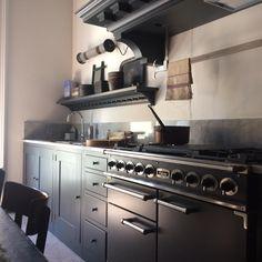 Cucina in stile Shaker Pleasant Hill, pitturata a mano con smalti eggshell, cassetti 'pillow', pomelli legno tornito, appendi-tutto 'peg rail'