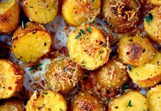 Recipe: Parmesan potatoes, herbs and garlic- Recette : Pommes de terre au parmesan, fines herbes et ail rôti Recipe: Parmesan Potatoes, Herbs and Roasted Garlic - Garlic Parmesan Potatoes, Oven Roasted Potatoes, Roasted Garlic, Real Food Recipes, Cooking Recipes, Roti Recipe, Vegetable Side Dishes, Potato Recipes, Holiday Recipes