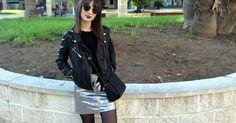 Cómo combinar una falda plateada en un look casual, ¿te apuntas a esta tendencia?