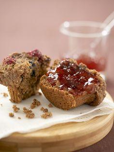Crunchy: Vollkorn-Fruchtmuffins mit Haselnüssen - smarter - Zeit: 30 Min. | http://eatsmarter.de/rezepte/vollkorn-fruchtmuffins