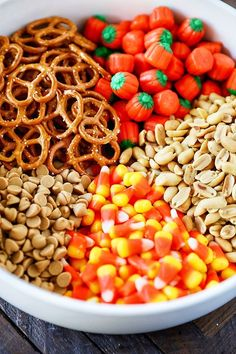 Candy Corn Snack Mix - a sweet and salty mix of candy corn, candy pumpkins, peanuts, peanut butter chips, and pretzels. A fun and festive fall snack! Fall Snack Mixes, Snack Mix Recipes, Appetizer Recipes, Appetizers, Baking Recipes, Candy Corn, Fall Candy, Corn Snacks, Fall Snacks