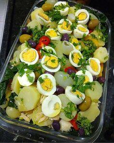 La imagen puede contener: comida e interior Cod Fish Recipes, Diet Recipes, Cooking Recipes, Healthy Recipes, Food Carving, Portuguese Recipes, Food Goals, Easy Cooking, Quick Meals
