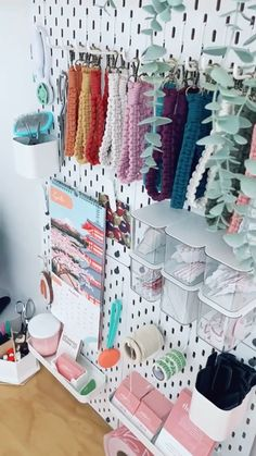 Pegboard Craft Room, Ikea Pegboard, Craft Room Storage, Small Office Organization, Home Organization Hacks, Pegboard Organization, Small Craft Rooms, Craft Room Design, Co Working