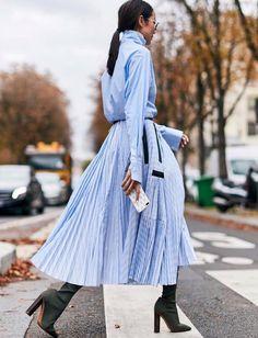 Mêlant bleu ciel et longueur plissée, cette robe chemise a tout bon ! (photo Yoyo Cao)