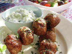 Greske lammeboller på spyd med gresk salat og tzatziki