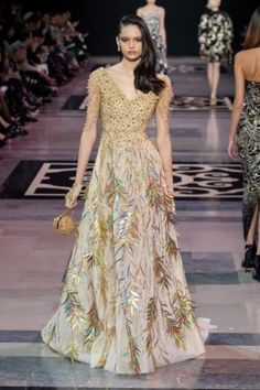 For its Spring-Summer 2019 Haute Couture collection, Maison GEORGES HOBEIKA evokes the timeless essence of the Château de Versailles and the Georges Hobeika, Runway Fashion, Fashion Show, Fashion Design, Beautiful Gowns, Beautiful Outfits, Cocktail Outfit, Jean Paul Gaultier, Haute Couture Fashion