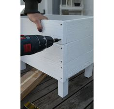 Cultivation boxes and flower boxes are both beautiful and practical to grow in. Outdoor Planters, Garden Planters, Succulents Garden, Outdoor Gardens, Outdoor Projects, Garden Projects, Wood Projects, Backyard Privacy, Raised Garden Beds