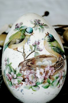 Ostereier dekorieren mit der Decoupage-Technik-Vogelnest Frühlingsmotiv You are in the right place about Decoupage natale Here we offer you the most beautiful pictures about the Decoupage cards you ar Egg Crafts, Easter Crafts, Art D'oeuf, Egg Shell Art, Carved Eggs, Diy Ostern, Egg Designs, Faberge Eggs, Egg Art