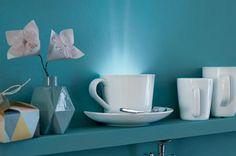 Wandfluter: Diese originelle Wandleuchte aus einer Tassenhälfte ist ein Hingucker im Regal.