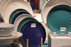 Decoração, detalhes da decoração, na AB Casa Fair com acessórios para a mesa, como pratos decorados.