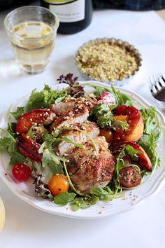 Αυτή η σαλάτα με ψητό κοτόπουλο, καραμελωμένα ροδάκινα και ένα υπέροχα κρεμώδες ντρέσινγκ με λεμονάτες νότες, συνοδεύεται άψογα από ένα δροσιστικότατο Sauvignon blanc!