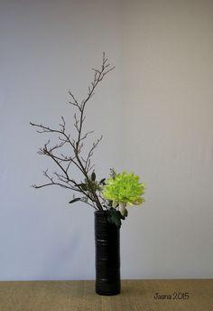 Ikebana by Jaana Pirhonen. Variation no 4 Upright style Nageire Unique Flower Arrangements, Ikebana Flower Arrangement, Ikebana Arrangements, Rare Flowers, Exotic Flowers, Purple Flowers, Yellow Roses, Pink Roses, Ikebana Sogetsu