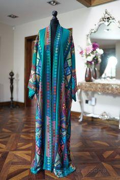 Al Mazyoona Abayas Al Mazyoona designer abayas are designed to empower women. Based between Dubai and the UK, we aim in transferring the black canvas Arab Fashion, Islamic Fashion, Muslim Fashion, Ethnic Fashion, Kimono Fashion, 70s Fashion, Modest Fashion, African Fashion, Fashion Dresses
