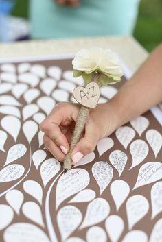 Haz que tus invitados firmen o dejen sus huellas en las hojas de tu libro de firmas.
