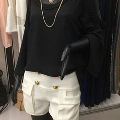 A combinação de preto e off white fica elegante e sofisticada! A dica é combinar com acessórios que deixam o look ainda mais interessante e sair por aí linda e fashion. Bora? Onde encontrar: Sisters (Av. Cristóvão Colombo, 287 - Loja 307, Savassi - Belo Horizonte/MG) #feirashop #lindadefeirashop #moda #modabh #modamineira #modaparameninas #lookdodia #look #trend #tendencia #pretoebranco #style #estilo #fashion #arrasa #bh