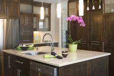 Armoires de cuisine de style contemporain. L'îlot et la totalité de la cuisine ont été réalisé en merisier. Le tout est harmonisé avec un comptoir de quartz, Zodiac Astral Pearl.