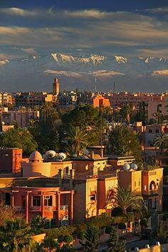 Marakesh à située sous les montagnes d'Atlas.