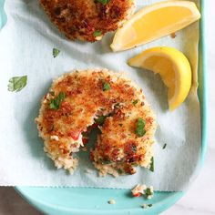 5 SPs These light, pan-seared shrimp cakes are moist and tender, covered in a crisp panko crust. Serve them with a crisp green salad to make it a meal. Ww Recipes, Shrimp Recipes, Fish Recipes, Cooking Recipes, Healthy Recipes, Skinnytaste Recipes, A Food, Food And Drink, Shrimp Cakes