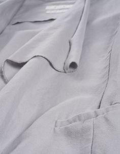 Natural Message beim drapierten Blazer mit offenen Kanten.