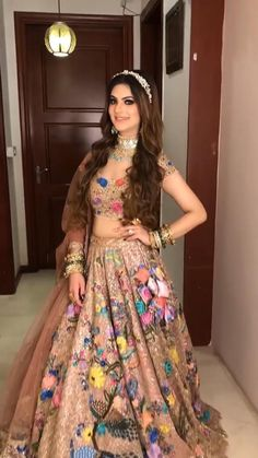 Indian Wedding Gowns, Party Wear Indian Dresses, Indian Gowns Dresses, Indian Bridal Outfits, Indian Bridal Fashion, Indian Bridal Wear, Pakistani Bridal Dresses, Dress Indian Style, Wedding Dresses For Girls