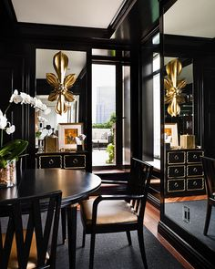 This dining room looks so classy!