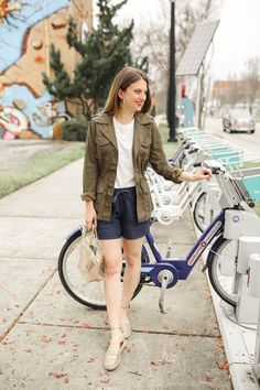 How to Wear Linen Shorts in Spring - Polished Closets