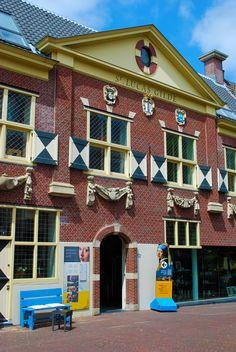 Vermeer Centrum in Delft biedt een ontdekkingstocht door het leven, het werk en de stad van de 17de-eeuwse meester van het licht: Johannes Vermeer.