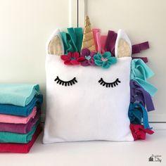DIY Fleece Unicorn Pillow with Free Pattern - BugabooCity Fleece Projects, Sewing Projects, Sewing For Kids, Diy For Kids, Unicorn Pillow, Unicorn Head, Felt Pillow, Unicorn Crafts, Crochet Motifs