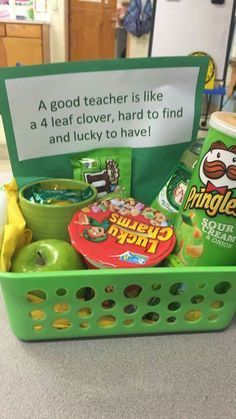Awesome gift idea for teachers! Green Saint Patrick's Day themed DIY gift basket idea. Awesome gift idea for teachers! Green Saint Patrick's Day themed DIY gift basket idea. Simple Gifts, Easy Gifts, Homemade Gifts, Homemade Teacher Gifts, Teacher Gift Diy, Mentor Teacher Gifts, Teacher Tote, Teacher Appreciation Week, Employee Appreciation