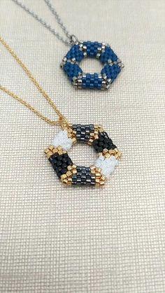 Beaded Jewelry Designs, Seed Bead Jewelry, Bead Jewellery, Bead Earrings, Pendant Jewelry, Beaded Bracelets Tutorial, Beaded Bracelet Patterns, Peyote Beading, Jewelry Making