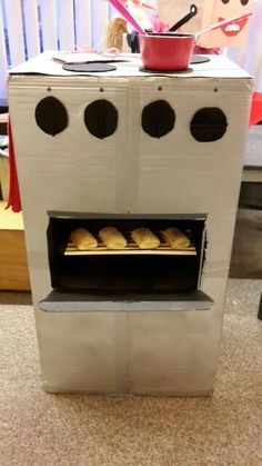 Oven made out of a large box. Pasta Restaurants, Homemade Christmas Crafts, Dramatic Play Centers, Newspaper Basket, Cardboard Art, Air Dry Clay, Valentines For Kids, Miniature Houses, Paper Clay