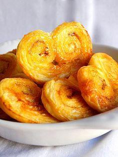 Palmiers :) Simple et rapide , pour un goûter ou un café improvisé, de toute manière la pâte feuilletée est ma meilleure amie de dernière minute.