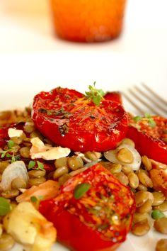 Salada de lentilhas com salmão e tomate assado