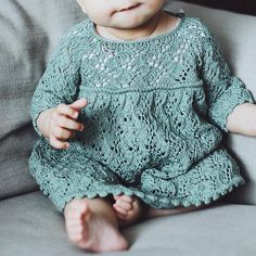Ravelry: & # s ~ Robe de Holly Test Knit ~ - Knitted Baby Outfits, Knit Baby Dress, Knitted Baby Clothes, Baby Hats Knitting, Knitting For Kids, Baby Knitting Patterns, Crochet Clothes, Simple Girl Outfits, Kids Outfits